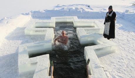 В Русия за къпането в студовете ще следят 35,000 спасители
