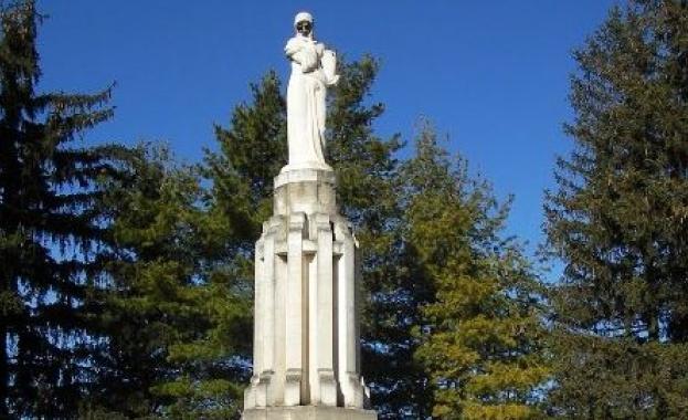 """Паметник на офицерите - русофили в Русе, въздигнат през 1933 г. от русенци-родолюбци и близки на загиналите. Автор на проекта е проф. Анастас Дудолов. Скулптурната фигура е била излята от бетон поради липса на средства. В 1943 г. паметникът е взривен от организация """"Бранник"""". През 1966 г. по случай 80-годишнината от бунта на офицерите-русофили паметникът е възстановен отново по проект на Ан. Дудолов с участието на скулпторите Н. Терзиев и Г. Радулов."""