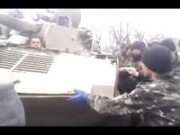 източна Украйна мирни жители спират украинска  танкове