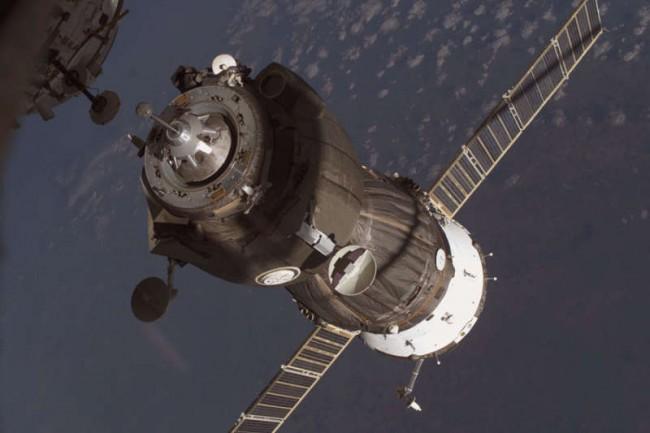 """Союз"" с космонавтите се скачи с МКС"