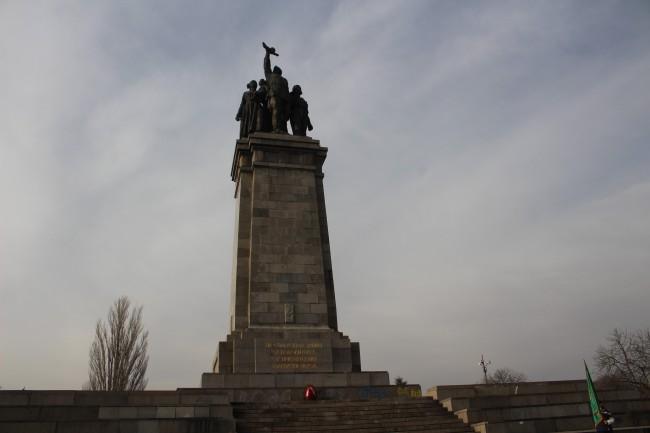 Ден на Защитника на Русия поднасяне на цветя пред паметника на Съветската армия