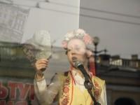 Московски ученици рецитират Гогол в украински носии