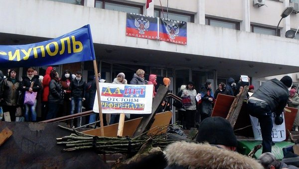 """Радикали от """"Десния сектор"""" превзеха сградата на Общинския съвет в Мариупол"""