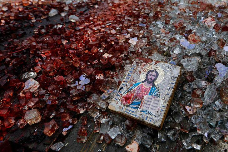 Една икона и счупено стъкло близо до летище Донецк.