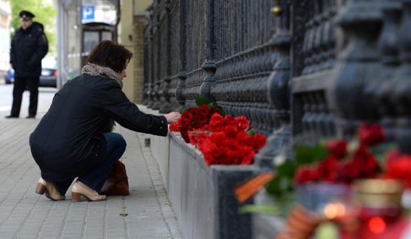 Руснаци носят цветя в посолството на Украйна в Москва