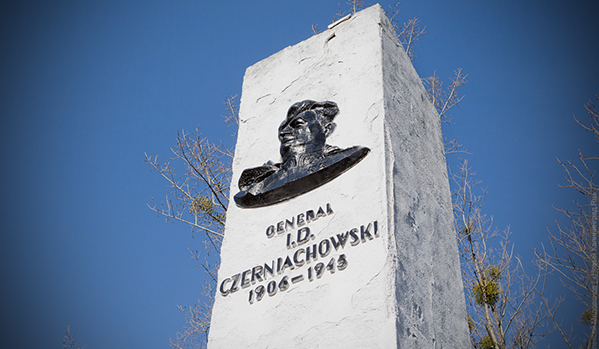 Неизвестни в Полша оскверниха паметника на съветския генерал Черняховски