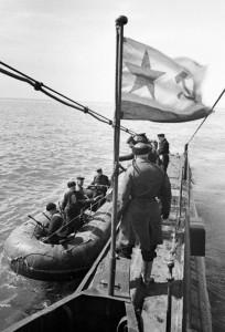Десант разведчиков высаживается с подводной лодки