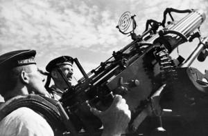 Моряки стреляют из счетверенного зенитного пулемета