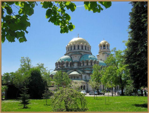 """Храмът паметника Александър Невски. Построен в чест на руския император Александър II, наричан още """"Цар Освободител"""", чиято армия през 1878 г. освобождава България от петвековното османско владичество."""