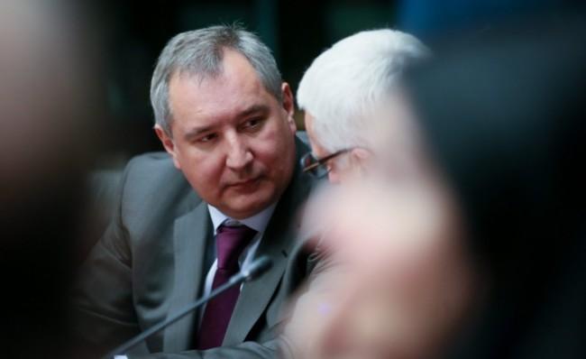 """Като игра на """"котка и мишка"""": Все пак Рогозин кацна в Москва"""