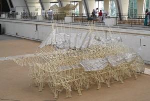 В Москва  се провежда изложба на крачещи пластмасови великани на Тео Янсен