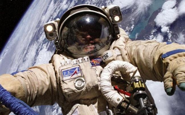 В открит космос излязоха два руски космонавта