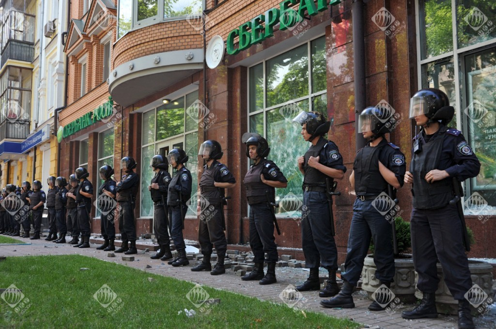 Изпотрошиха клона на Сбербанк в Киев0