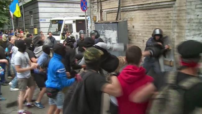 """Радикали пребиха полицаи, охраняващи участниците в литийно шествие """"срещу войната и евроинтеграцията"""""""