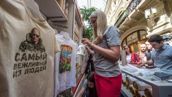 Тениски с лика на Путин се продават като топъл хляб в Русия