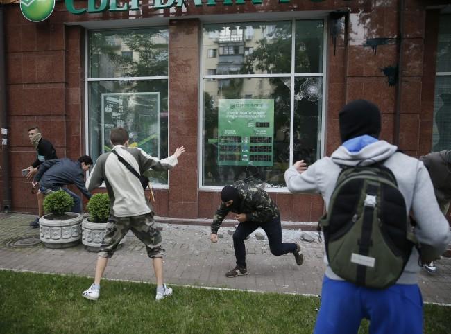 Разгромиха офиса на Сбербанк в Киев