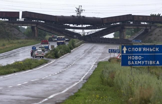 В Донбас взривяват мостове