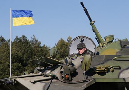 Украинска бойна техника се струпва на границата с Крим