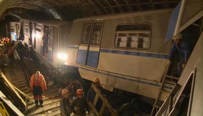 Продължават да разчистват развалините в московското метро