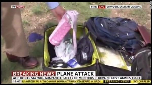 Репортер от Sky News прерови куфар на загинала пътничка от катастрофиралия Боинг 777
