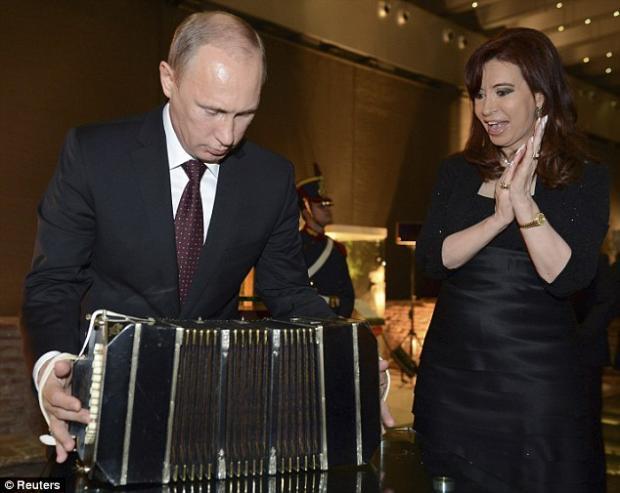 Даряват Путин с акордеон за танго