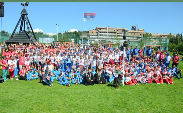 """Идеята на организаторите на """"Школата  на дружбата"""" е да се съберат в този международен лагер деца от всички славянски и православни народи. Другото лято , когато ще бъде  15 -та юбилейна година от създаването  на този проект за децата, ще се включат и ученици  от България, победители от международните  конкурси."""