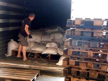 В Луганск раздават хуманитарните помощи от Русия