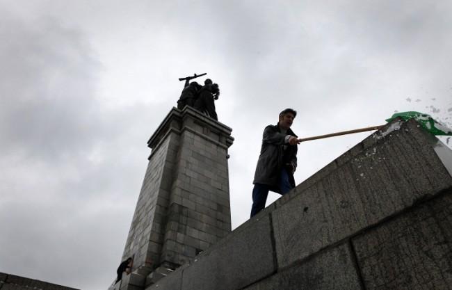 МВнР на Русия изрази възмущението си от оскверняването на паметника в София