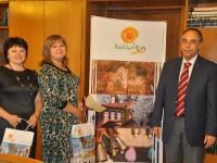 Посланик Коцев връчи 300-хилядната българска виза, издадена от българското посолство в Русия, на московчанката Анастасия Чернишова (втората от ляво на дясно).