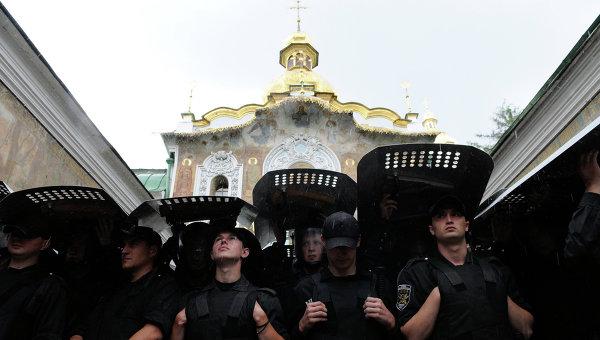 В Украйна разколници окупираха църква с бой
