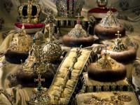 В Московската Рус и при царизма: златно кълбо с кръст, като символ на монархическа  власт.