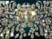 Голяма закопчалка –АГРАФ. Брилянти и сребро Дължина 25 см, ширина от 8 до 11 см,  1750-те години. Майстор И. Позие. С тази закопчалка са се закрепвали коронационните мантии