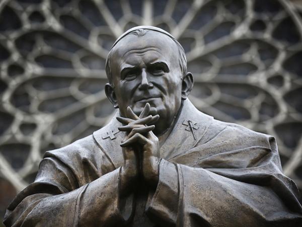 Статуя на Папа Йоан Павел II в центъра на Париж – работа на Зураб Церетели