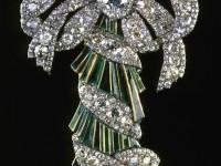 Портбукет. Брилянти, злато, сребро, емайл, Около 1770 г. Портбукета се прикрепвал към корсажа и е служил като миниатюрна вазичка за живи цветя.