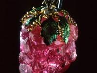 Турмалин розов, злато, емайл. Рядък по красота и цвят камък -  около 255 карата, вероятно от  Бирма. Турмалинът е подарен на императрица Екатерина II от шведския крал Густав III през 1777г.