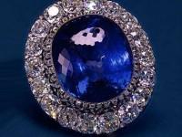 Брошка «Цейлонски сапфир».Средфата на  19 век. «Цейлонски сапфир» през 1862 година е закупен от  Александр II на Световното изложение Лондон за  подарък на съпругата си – императрица Мария Александровна.