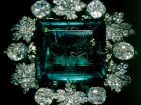 Изумруд -136,25 карата.Брошката е израбботена в началото на  XIX век за Великия княз Константин Павлович, наследника на Павел I.