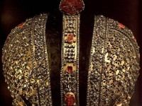 Корона на руската  императрица Ана Йоановна  1730—1731 г. Около две хиляди изкусно подбрани по големина диаманти, рубини  и турмалини, монтирани в сребърната рамка. Повечето от тях са украсявали короната на императрица Екатерина I, както и поставеният под диамантовия кръст тъмно червен турмалин с неправилна форма. Той е закупен през 1676 г. от китайски хан от цар Алексей Михайлович, и впоследствие е украсявал няколко царски корони. Теглото на този уникат е сто грама.