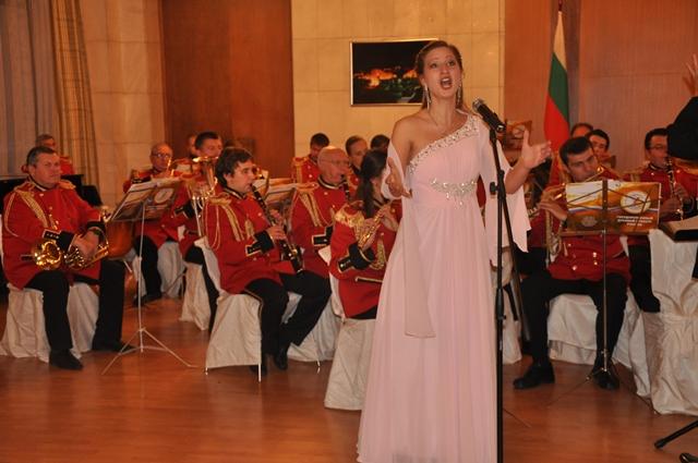Оперната певица Варвара Комаровская се представи със специално солово изпълнение на концерта в българското посолство.