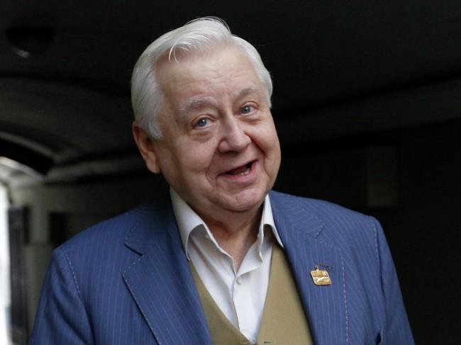 """Олег Табаков е актьор, режисьор, педагог. Роден е на 17 август 1935 г. в Саратов в лекарско семейство. Народен артист на СССР, художествен ръководител на Московския театър """"А. П. Чехов"""". Основател и художествен ръководител на театър """"Табакерка"""" (преименуван на Театър-студия под ръководството на О. Табаков) от 1977 г.Табаков е бил женен 33 години за актрисата Людмила Крилова, от която има дъщеря и син Антон Табаков. Той също е актьор и има дъщеря Аня.От 1995 г. е женен за актрисата Марина Зудина, от която има дъщеря и син."""