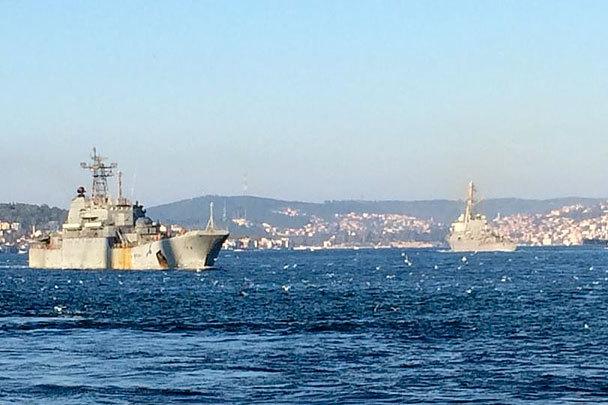 Американски и руски военни кораби се срещнаха в Босфора