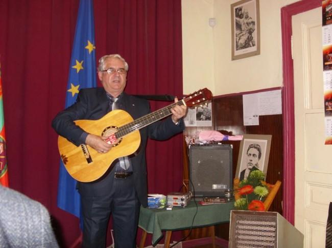 Милен Тотев с грамота от община Ловеч за 40-ия му творчески юбилей