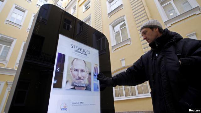 Русия свали паметника на Стив Джобс