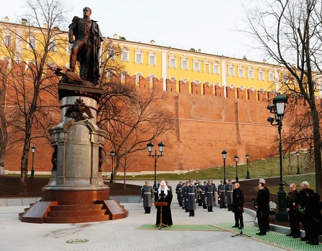 Путин и патриарх Кирил откриха паметник на император Александър I в Кремъл