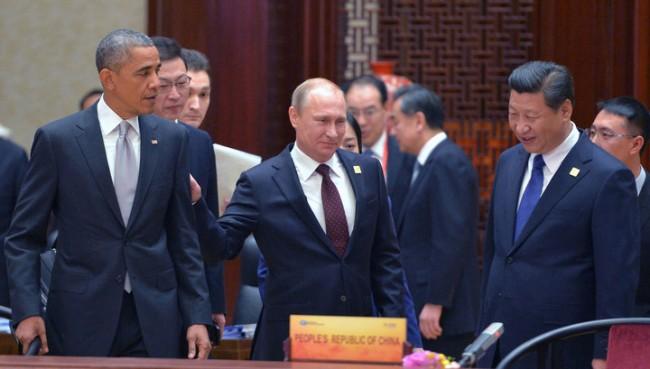 Путин засади дърво и потупа Обама по рамото