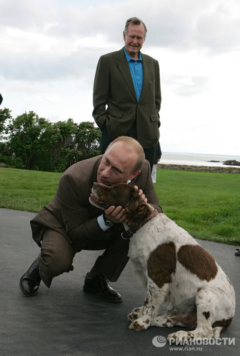 Путин обича не само своите кучета. Тук Путин прегръща кучето на американския президент Джордж Буш – старши през 2007 г.