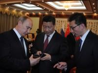 Путин подари на председателя на КНР руския смартфон Yota Phone 2