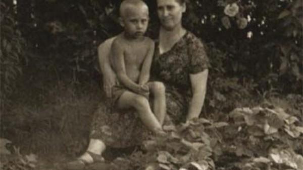 Владимир Путин с майка си Мария през 1958 г.