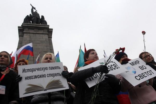 Хора от цял свят излязоха в защита на Паметника на съветската армия