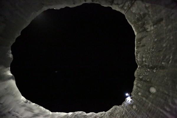 Изглед от дъното на кратера